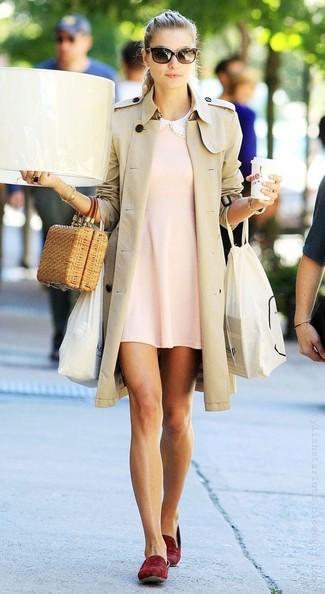 Come indossare: trench beige, vestito scampanato rosa, mocassini eleganti in pelle scamosciata bordeaux, pochette di paglia marrone chiaro