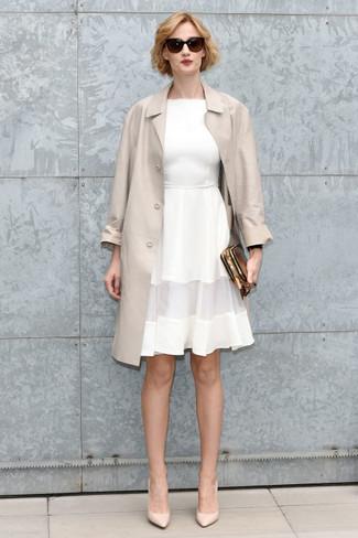 Come indossare: trench beige, vestito svasato bianco, décolleté in pelle beige, pochette in pelle dorata