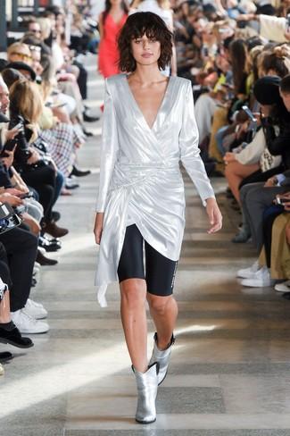 Come indossare: tunica argento, pantaloncini ciclisti neri, stivaletti in pelle argento