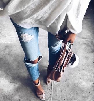 Come indossare e abbinare: tunica di lino bianca, jeans strappati azzurri, sandali con tacco in pelle grigi, borsa shopping in pelle rosa