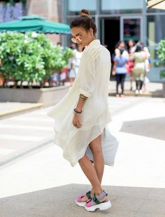Come indossare e abbinare: tunica di lino bianca, pantaloncini bianchi, sandali piatti in pelle multicolori, occhiali da sole dorati