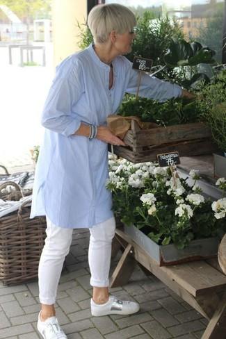 Come indossare e abbinare: tunica di lino azzurra, chino bianchi, sneakers basse in pelle bianche