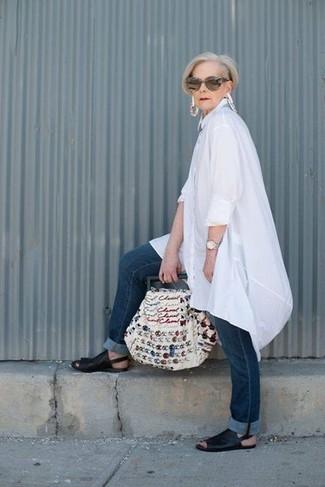 Come indossare: tunica di lino bianca, jeans blu scuro, sandali piatti in pelle neri, borsa shopping di tela ricamata bianca