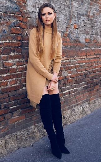 Come indossare: tunica lavorata a maglia marrone chiaro, minigonna marrone chiaro, stivali sopra il ginocchio in pelle scamosciata neri