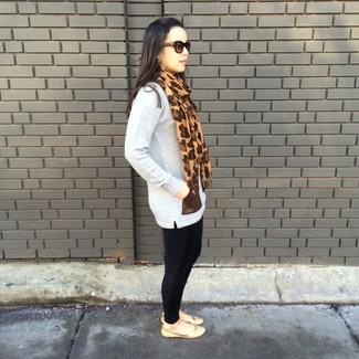 Prova a combinare una tunica di lana grigia con leggings neri per un look trendy e alla mano. Un paio di ballerine in pelle marrone chiaro si abbina alla perfezione a una grande varietà di outfit.