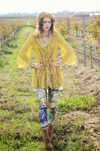 Abbinare una tunica gialla e leggings stampati multicolori è una comoda opzione per fare commissioni in città. Stivaletti stringati eleganti in pelle marroni impreziosiranno all'istante anche il look più trasandato.