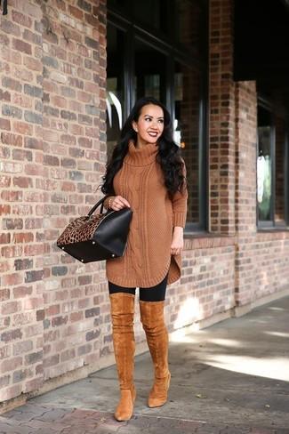 Come indossare: tunica di lana lavorata a maglia marrone, leggings neri, stivali sopra il ginocchio in pelle scamosciata terracotta, borsa shopping in pelle leopardata nera e marrone chiaro