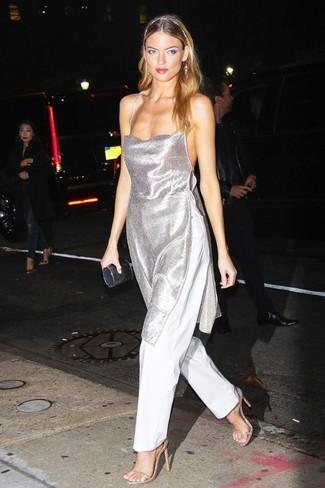 Trend da donna 2020: Metti una tunica argento e pantaloni larghi bianchi per un look elegante ma non troppo appariscente. Sandali con tacco in pelle dorati sono una splendida scelta per completare il look.
