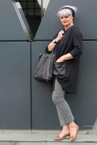 Come indossare e abbinare: tunica grigio scuro, pantaloni skinny con motivo pied de poule neri e bianchi, décolleté in pelle marroni, borsa shopping in pelle nera