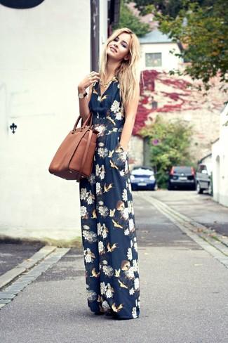 Come indossare e abbinare una borsa shopping in pelle marrone: Punta su una tuta a fiori blu scuro e una borsa shopping in pelle marrone per un look facile da indossare.