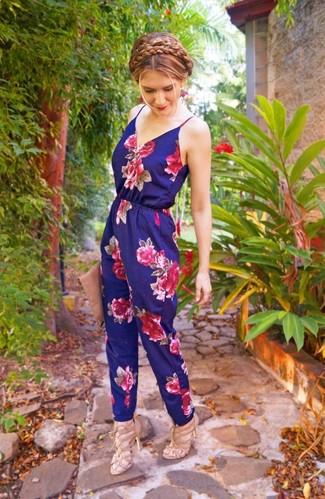 Trend da donna 2020: Mostra il tuo stile in una tuta a fiori blu scuro per un look spensierato e alla moda. Rifinisci questo look con un paio di sandali con tacco in pelle beige.
