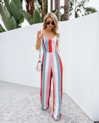 Come indossare: tuta a righe verticali multicolore, borsa a tracolla in pelle bianca, occhiali da sole neri