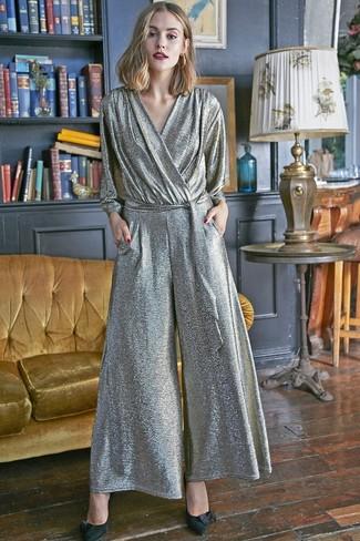 Come indossare: tuta argento, décolleté in pelle scamosciata neri, orecchini dorati