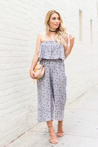Come indossare: tuta a fiori azzurra, sandali gladiatore in pelle beige, pochette in pelle beige, girocollo nero