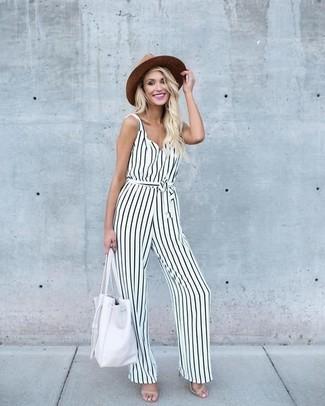 Trend da donna 2020: Per un outfit della massima comodità, scegli un outfit composto da una tuta a righe verticali bianca e nera. Perfeziona questo look con un paio di sandali con tacco in pelle beige.