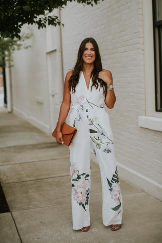 Come indossare e abbinare: tuta a fiori bianca, sandali con tacco in pelle marroni, pochette in pelle terracotta, orologio argento