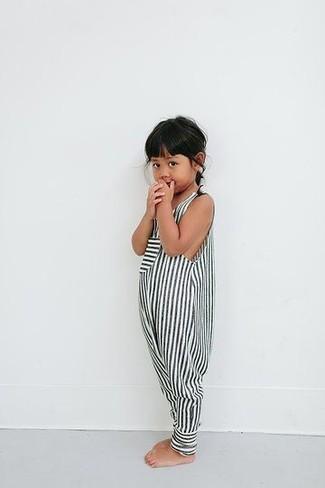 Come indossare e abbinare: tuta corta a righe bianca e nera