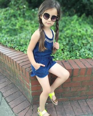 Come indossare e abbinare: tuta corta blu scuro, sandali lime, occhiali da sole neri