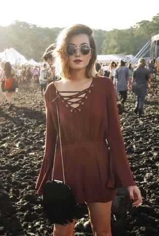Come indossare: tuta corta bordeaux, borsa a tracolla in pelle scamosciata con frange nera, occhiali da sole neri e dorati