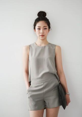 Come indossare: tuta corta grigia, pochette in pelle nera, orologio argento