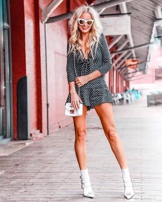 Come indossare: tuta corta a pois nera e bianca, stivaletti in pelle bianchi, borsa a tracolla in pelle bianca, occhiali da sole bianchi