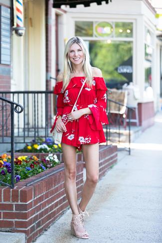 Come indossare: tuta corta a fiori rossa, sandali con zeppa in pelle scamosciata beige, borsa a tracolla in pelle bianca, bracciale dorato