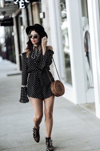 Come indossare e abbinare una tuta con stivali per una donna