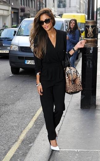 Come indossare: tuta nera, décolleté in pelle bianchi, borsone in pelle leopardato marrone, occhiali da sole neri