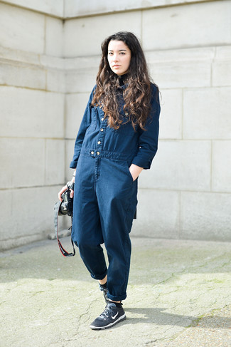 Come indossare: tuta di jeans blu scuro, scarpe sportive blu scuro