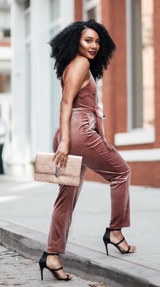 Come indossare: tuta di velluto rosa, sandali con tacco di raso neri, pochette in pelle dorata