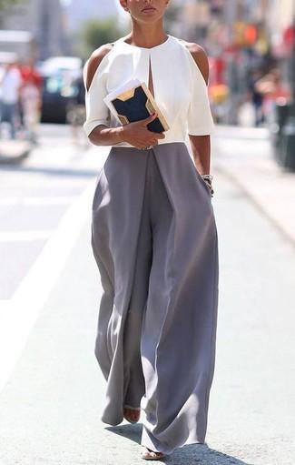Come indossare: tuta grigia, pochette in pelle scamosciata blu scuro