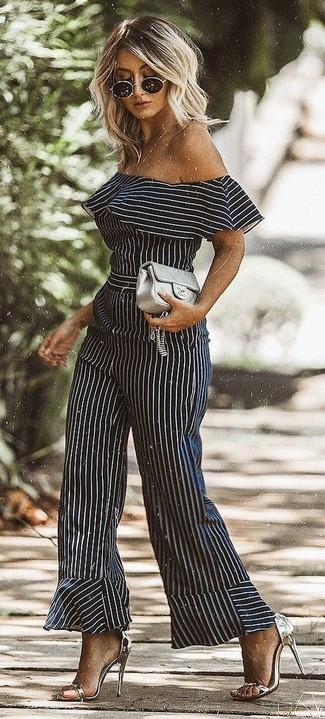 Come indossare: tuta a righe verticali nera e bianca, sandali con tacco in pelle argento, pochette in pelle trapuntata grigia, occhiali da sole neri