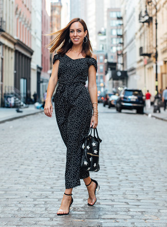 Trend da donna 2020: Scegli un outfit composto da una tuta a pois nera e bianca per le giornate pigre. Sandali con tacco di gomma trasparenti sono una splendida scelta per completare il look.