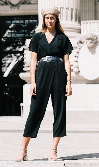 Come indossare: tuta verde scuro, sandali con tacco in pelle argento, berretto beige, cintura a vita alta in pelle nera