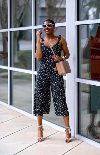 Come indossare: tuta a fiori blu scuro, sandali con tacco in pelle beige, borsa a tracolla in pelle beige, occhiali da sole neri e bianchi