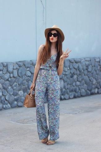Trend da donna 2020: Mostra il tuo stile in una tuta stampata azzurra per un fantastico look da sfoggiare nel weekend. Sandali con tacco in pelle marrone chiaro sono una interessante scelta per completare il look.