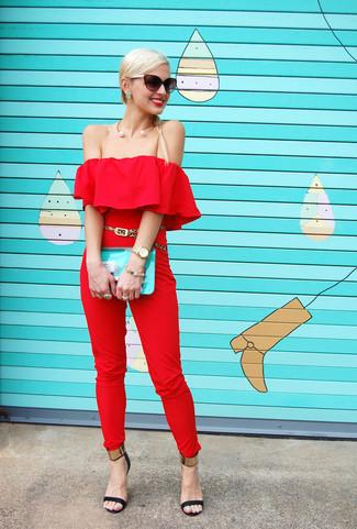 Come indossare e abbinare: tuta rossa, sandali con tacco in pelle neri e dorati, pochette in pelle acqua, cintura in pelle scamosciata leopardata marrone chiaro
