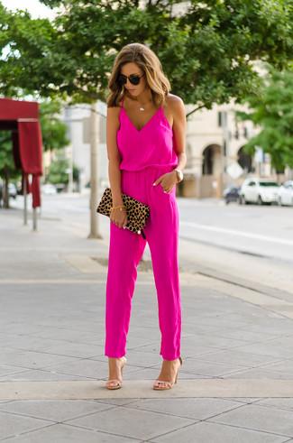 Come indossare e abbinare: tuta fucsia, sandali con tacco in pelle marrone chiaro, pochette in pelle scamosciata leopardata marrone chiaro, occhiali da sole marrone scuro