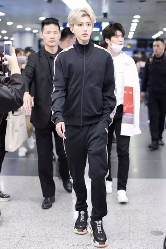 Opta per una tuta sportiva per un'atmosfera casual-cool. Un bel paio di scarpe sportive nere è un modo semplice di impreziosire il tuo look.