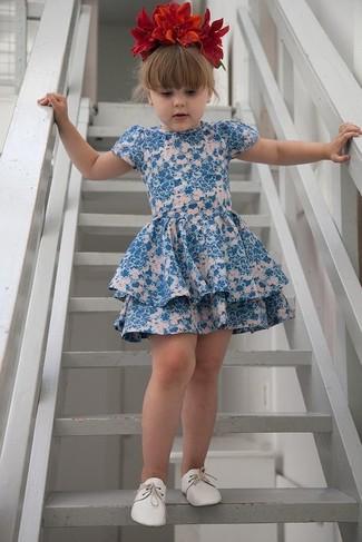 Come indossare: vestito a fiori blu, scarpe oxford bianche, cerchietto a fiori rosso