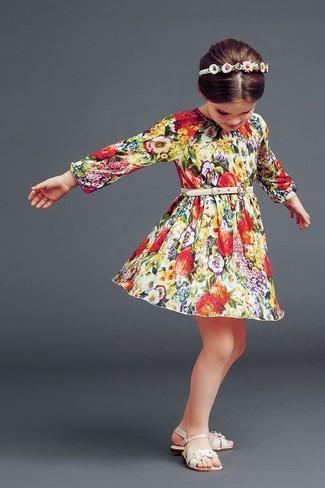 Come indossare e abbinare: vestito a fiori multicolore, sandali beige, cerchietto bianco