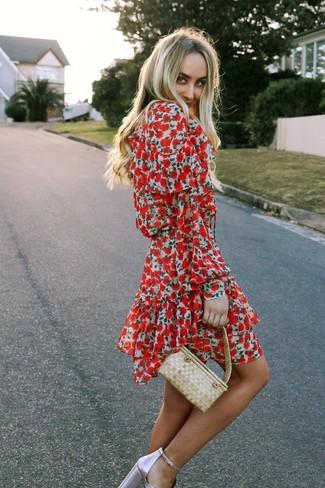 Come indossare e abbinare: vestito a pieghe a fiori rosso, sandali con tacco in pelle rosa, borsa a mano di paglia beige