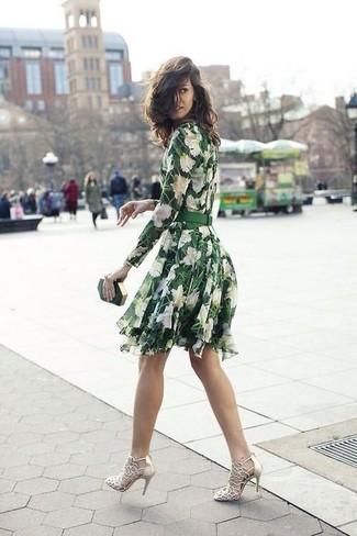 Come indossare: vestito a pieghe a fiori verde, sandali con tacco in pelle dorati, pochette verde scuro