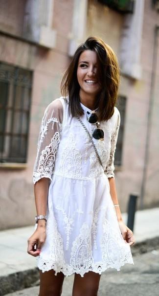 Come indossare: vestito a pieghe di pizzo bianco, occhiali da sole neri e dorati, orologio argento