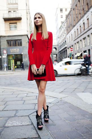 Una giornata impegnativa richiede un outfit semplice ma elegante, come un vestito a pieghe di velluto rosso. Scegli un paio di stivaletti per un tocco virile.