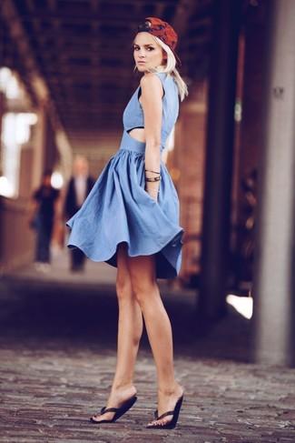 Come indossare e abbinare: vestito a pieghe in chambray blu, infradito neri, berretto da baseball stampato rosso