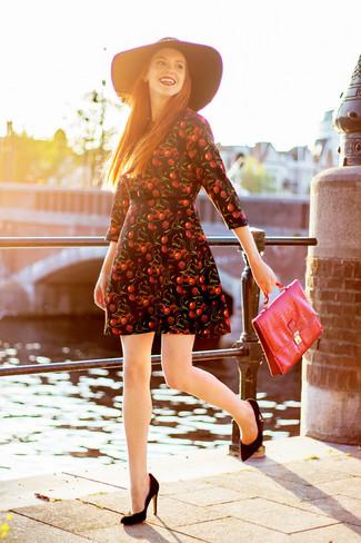 Come indossare: vestito a pieghe stampato nero, décolleté in pelle scamosciata neri, cartella in pelle rossa, borsalino di lana nero