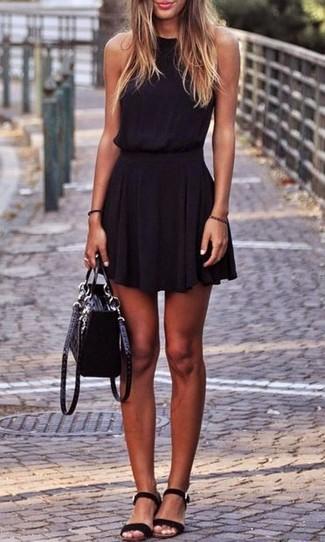 Come indossare: vestito a pieghe nero, sandali piatti in pelle scamosciata neri, cartella in pelle scamosciata nera
