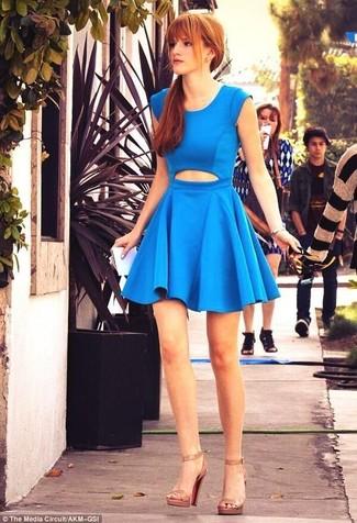 Vestito a pieghe tagliato blu sandali con tacco in pelle marrone chiaro large 6132