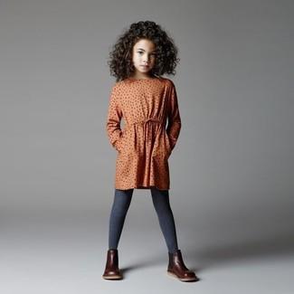 Come indossare: vestito a pois arancione, stivali in pelle marrone scuro, collant grigio scuro